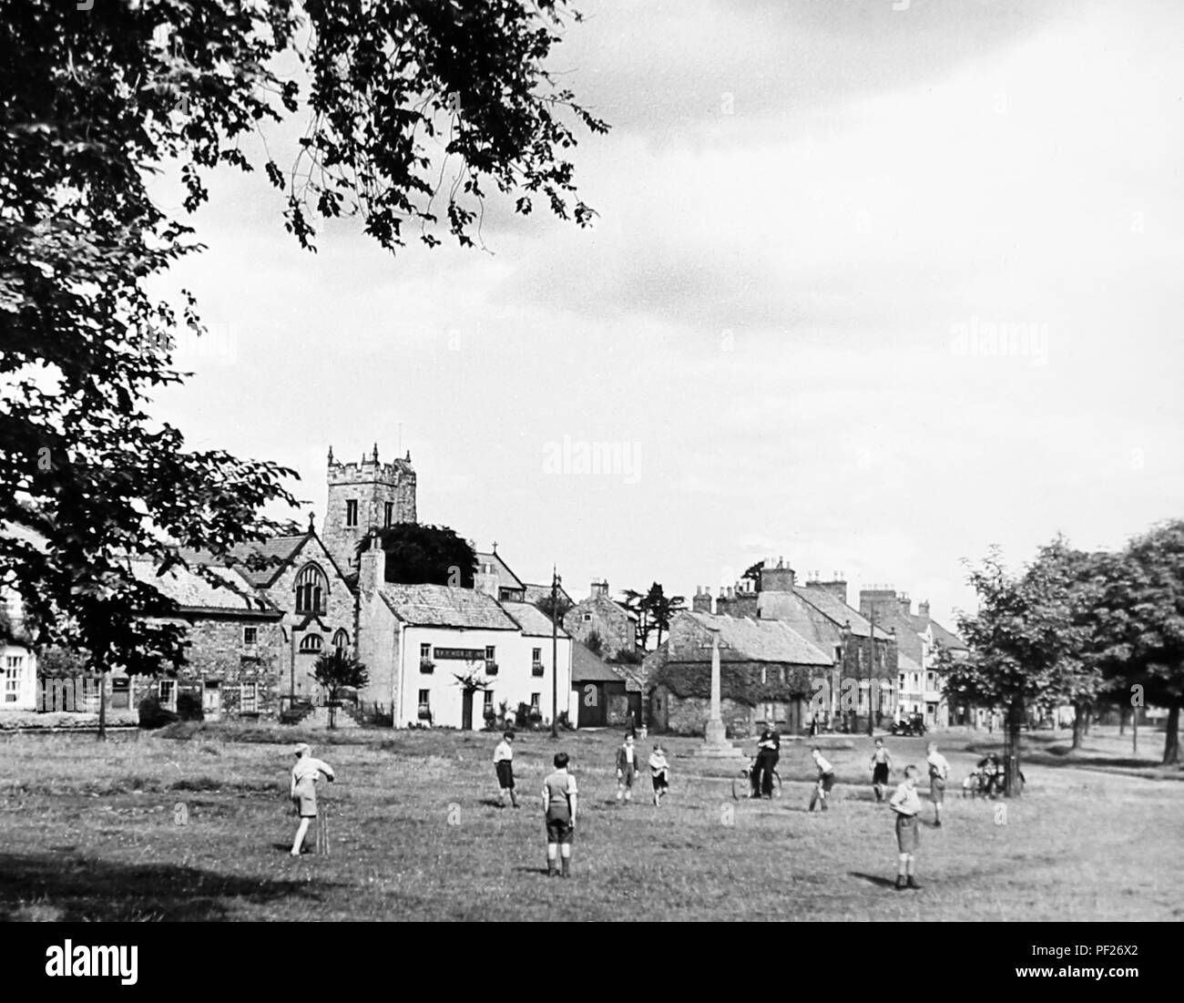 Les enfants jouer au cricket, Catterick, dans les années 1930 Photo Stock