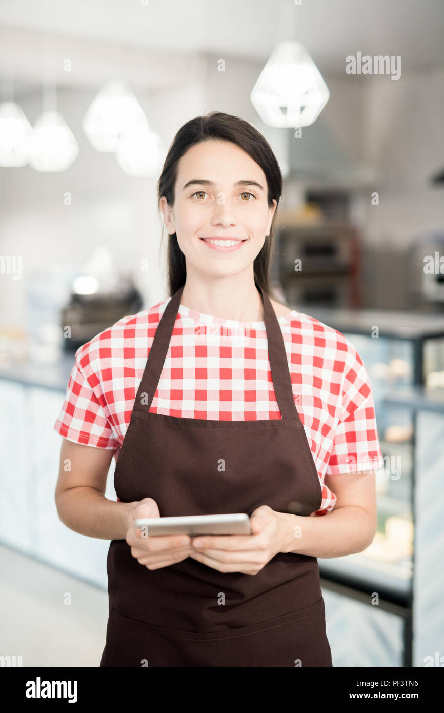 Jeune serveuse posing in Cafe Photo Stock