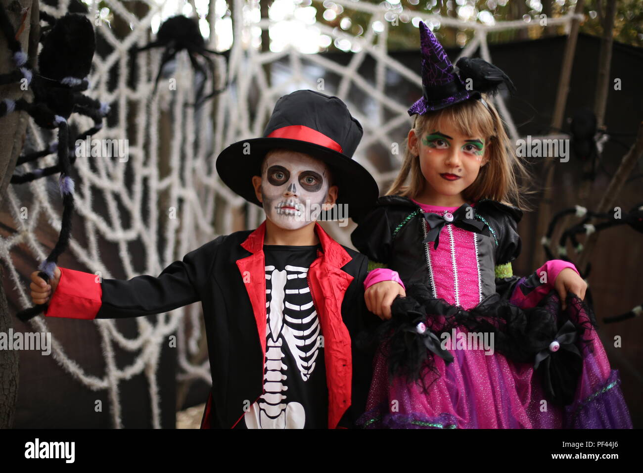 Halloween kids, Trick-or-treat. Les enfants porte costume de sorcière et squelette pour Halloween party Photo Stock