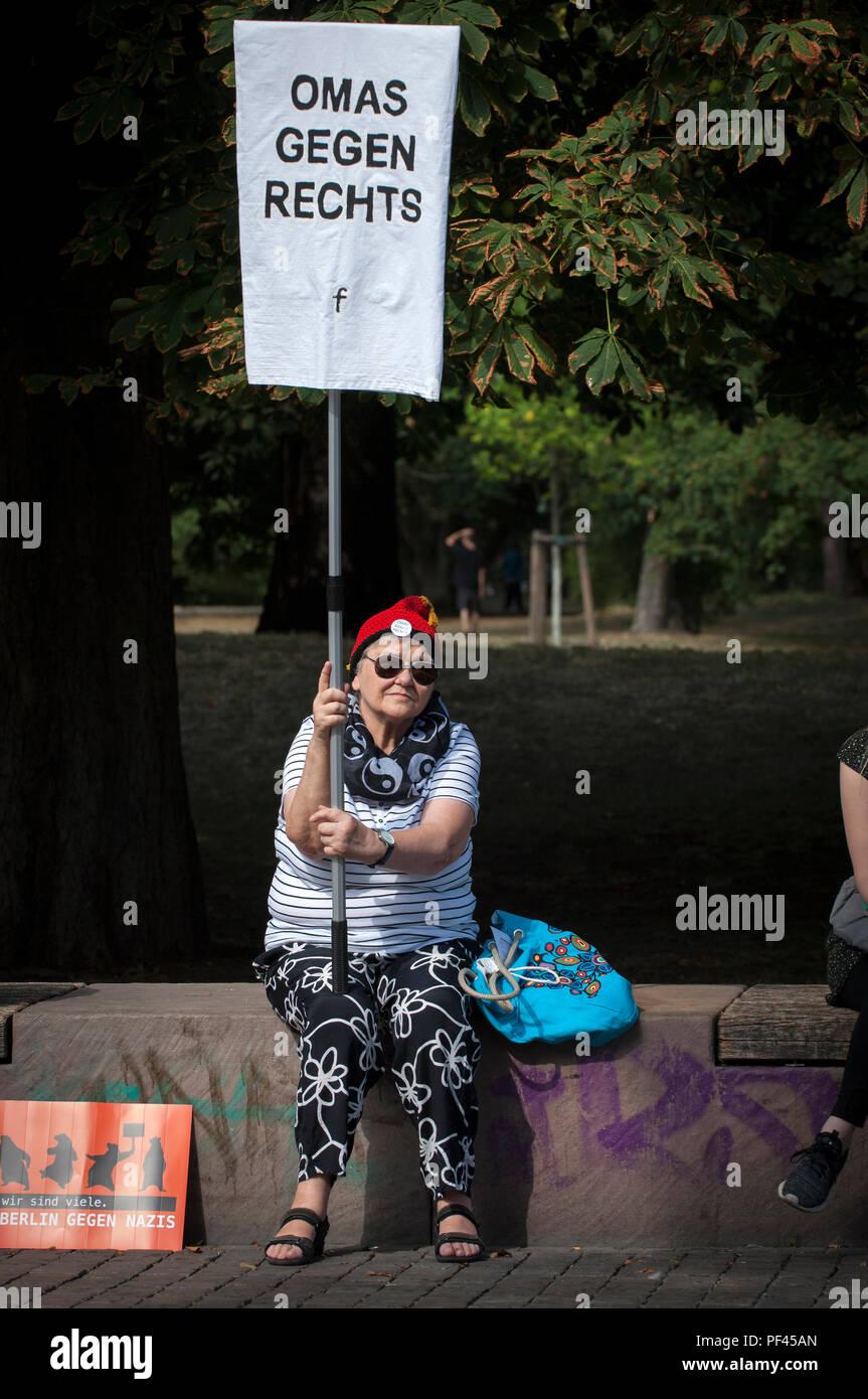 """Omas Gegen Rechts- 'grand-mères contre la droite"""" contre """"les Hess' Mars à Spandau Berlin. Photo Stock"""