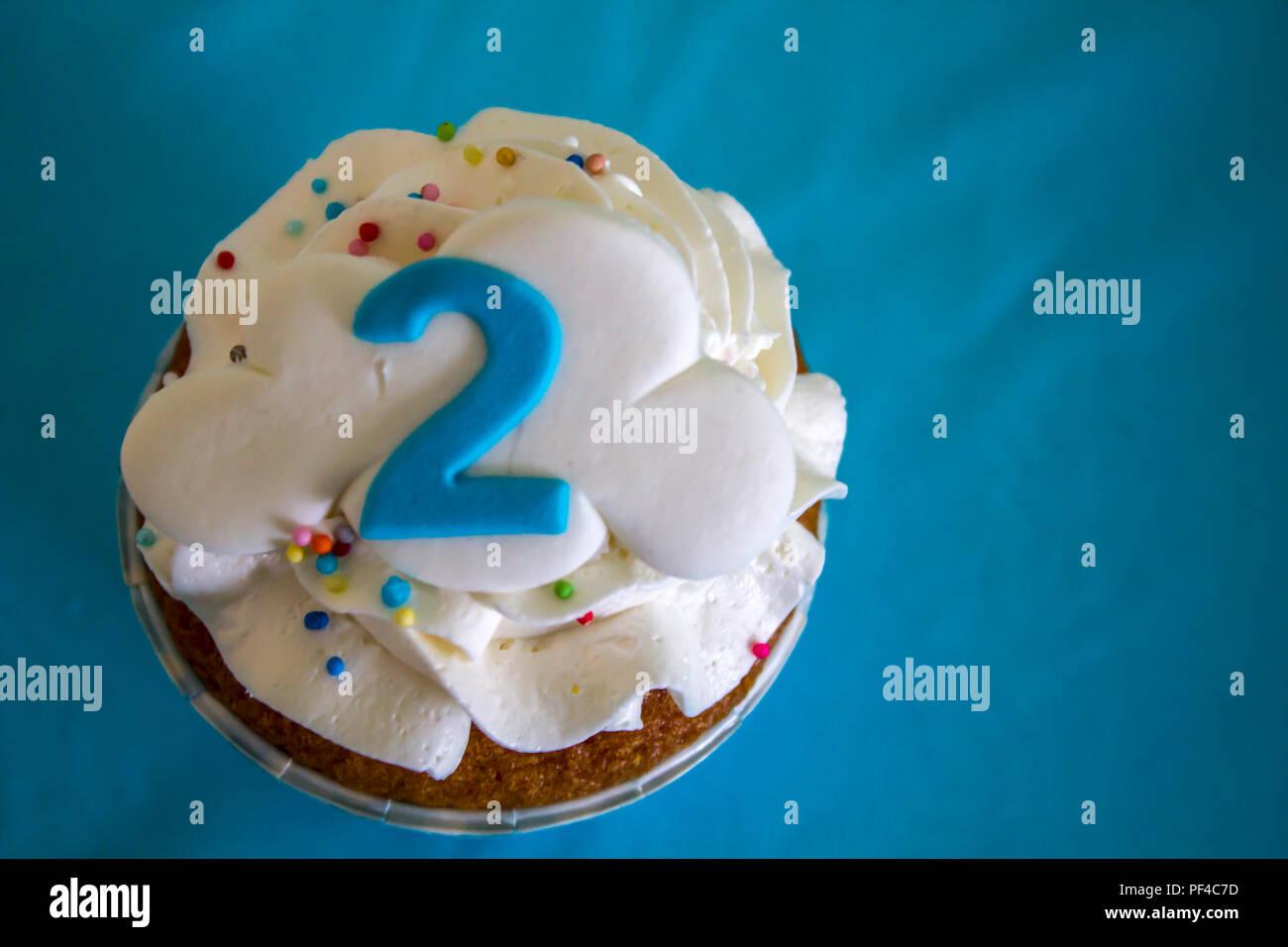 Vue de dessus un petit gâteau avec le numéro deux Photo Stock