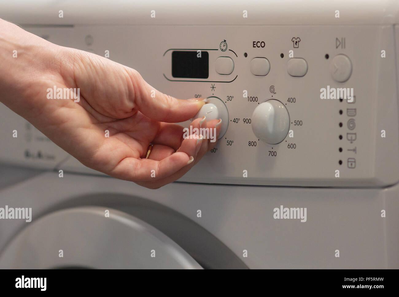 Température Machine À Laver la jeune fille passe la température dans la machine à laver