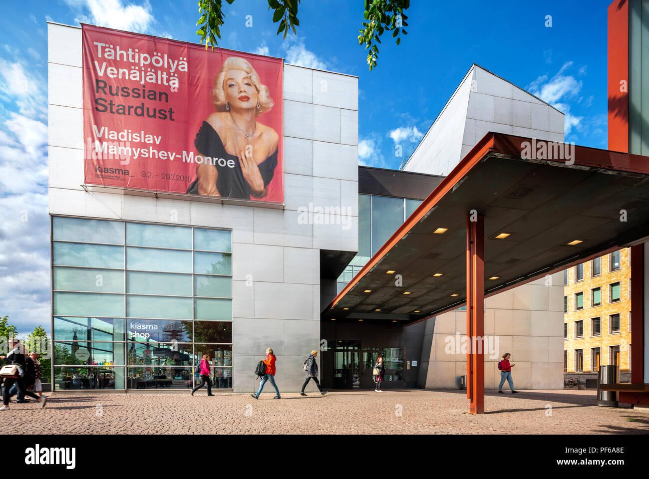 Musée Kiasma d'Helsinki de l'Art Contemporain avec entrée extérieure et la boutique du musée Kiasma et musée du café sur la gauche. Photo Stock