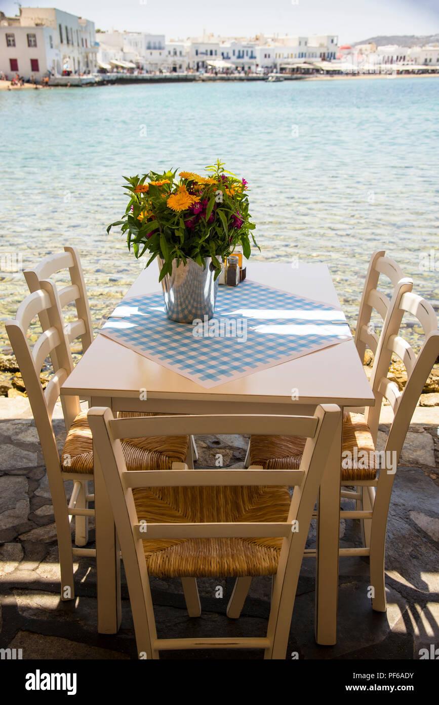 Table de petit-déjeuner par la mer Égée Banque D'Images