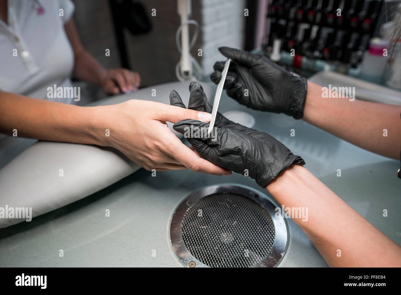 60e13e52ac Réduit le coiffeur bar à ongles pour une manucure au salon de beauté ...