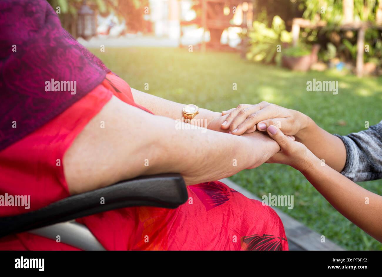 Poussant gardien senior woman en fauteuil roulant Photo Stock