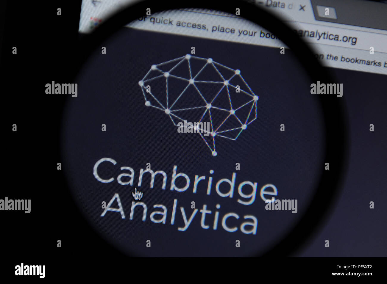 L'Analytica Cambridge internet site vu à travers une loupe Photo Stock