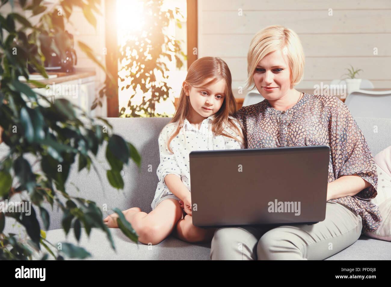 Jolie Blonde Mère Et Mignonne Petite Fille Brune Assise Sur