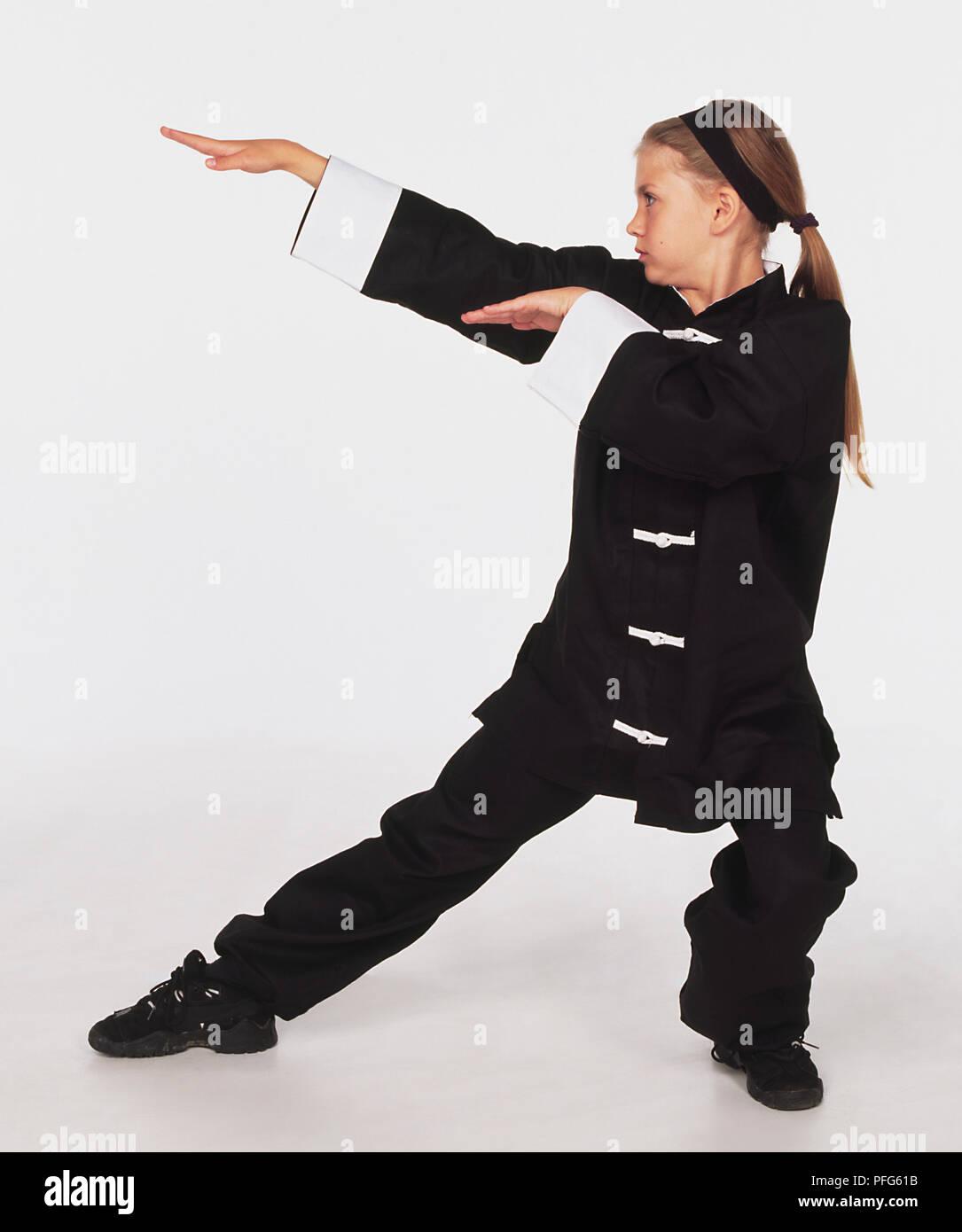 3ebfff7f6d329 Jeune fille portant des uniformes d arts martiaux le serpent monétaire.
