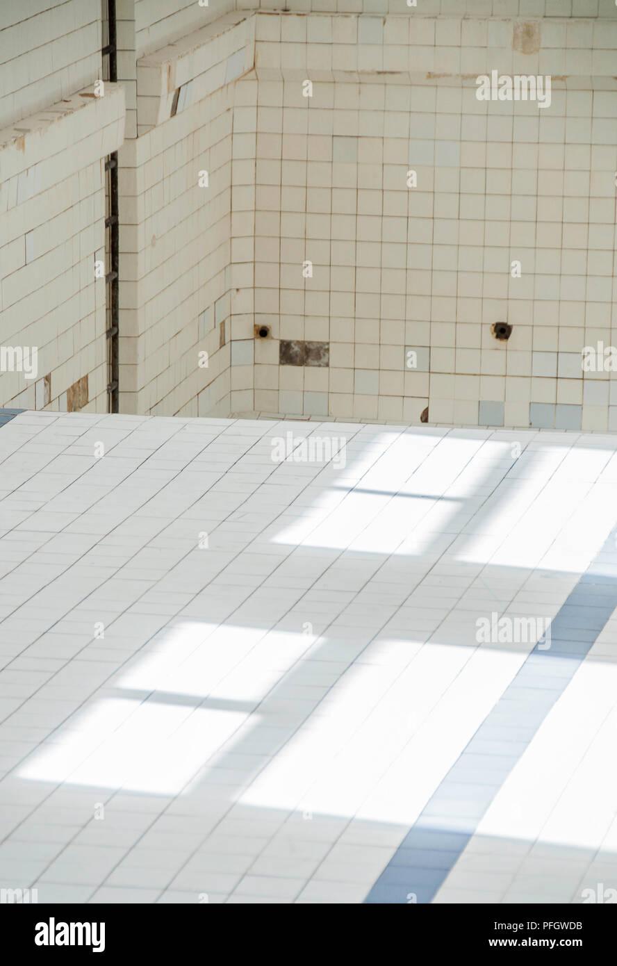 Composition Abstraite Carrelage Blanc Piscine Abandonnee Banque D