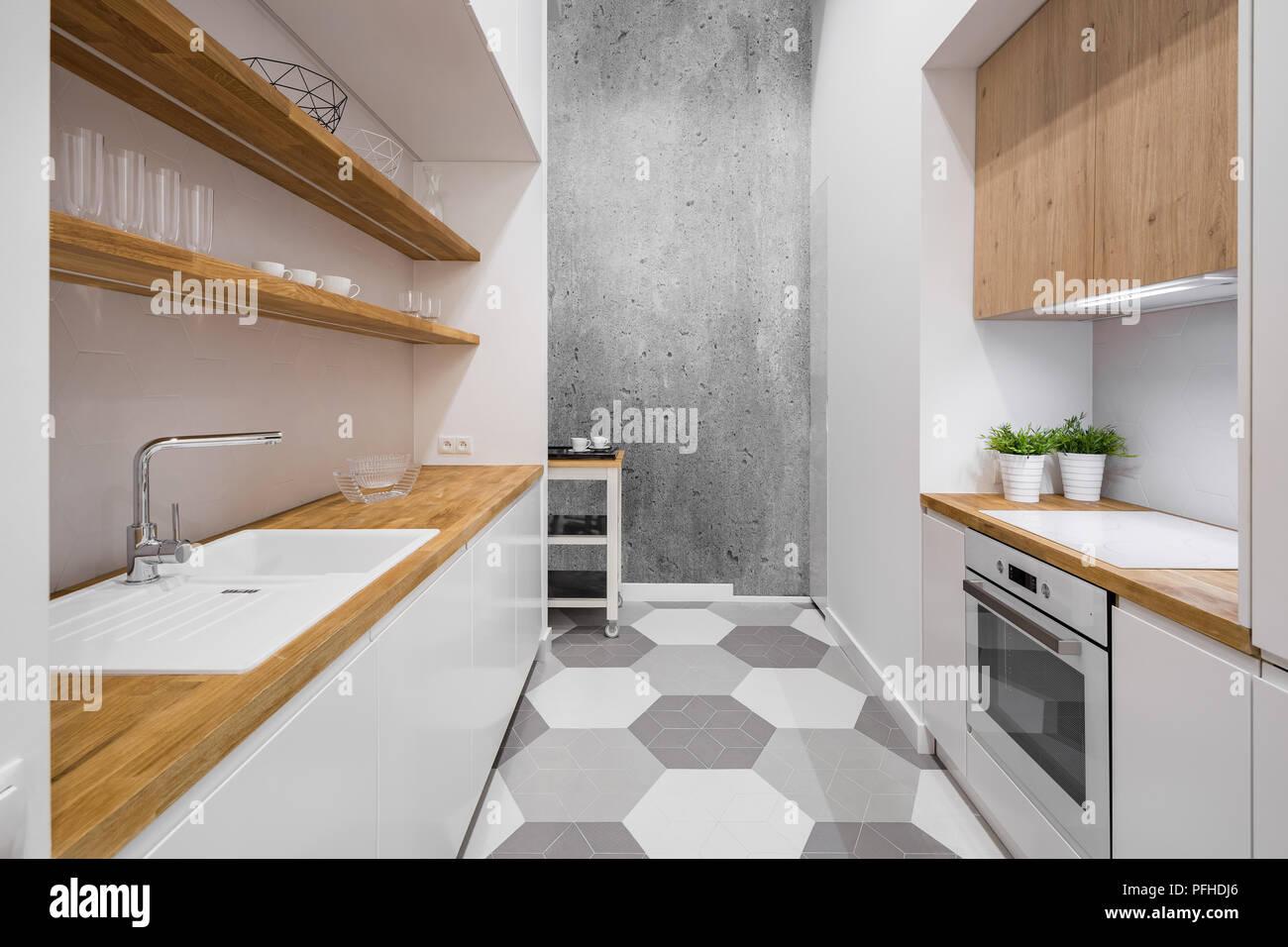 petit, cuisine fonctionnelle avec comptoir en bois et carreaux