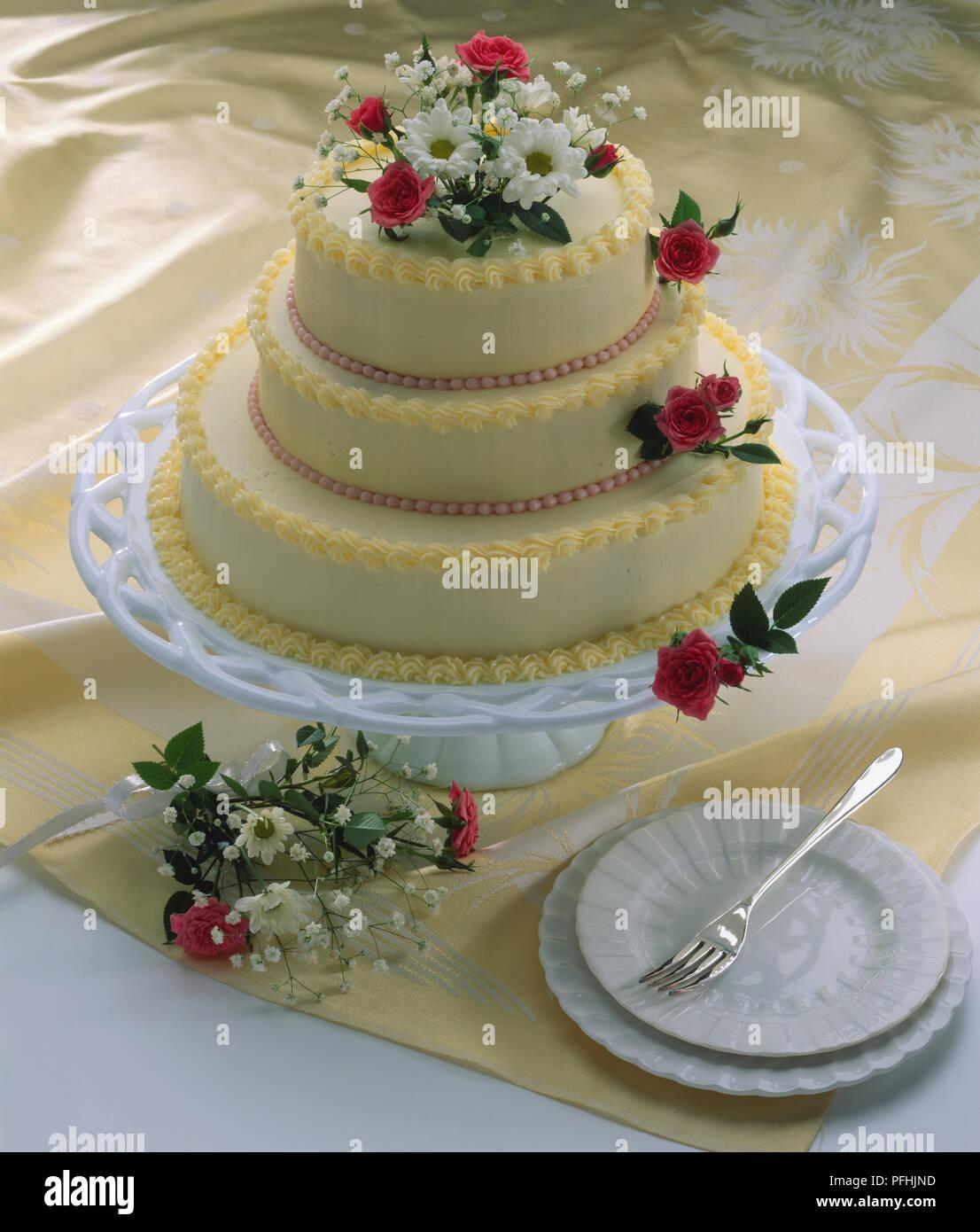 Trois Glacé Gâteau De Mariage Avec Le Glaçage Et Décorations