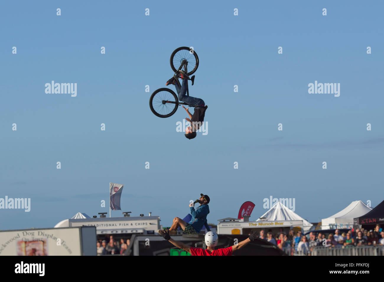Vélo BMX Stunts. 360 degré saut périlleux arrière de la série 3 de 5 Banque D'Images