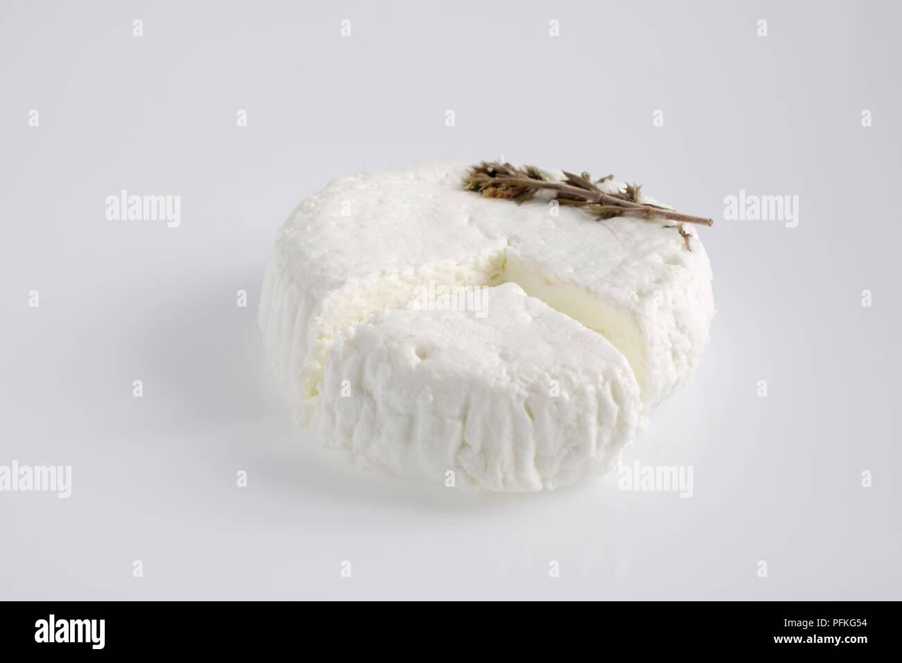 Rond et tranche de Banon français un fromage de chèvre de la sarriette Photo Stock