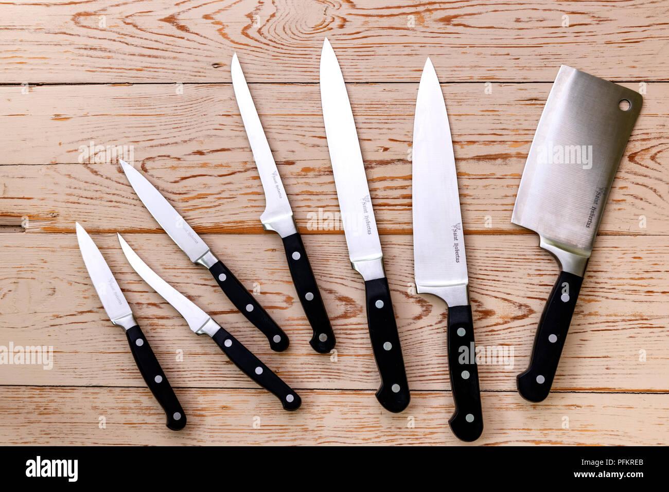 Un Assortiment De Differents Couteaux De Cuisine Sur Un Fond De