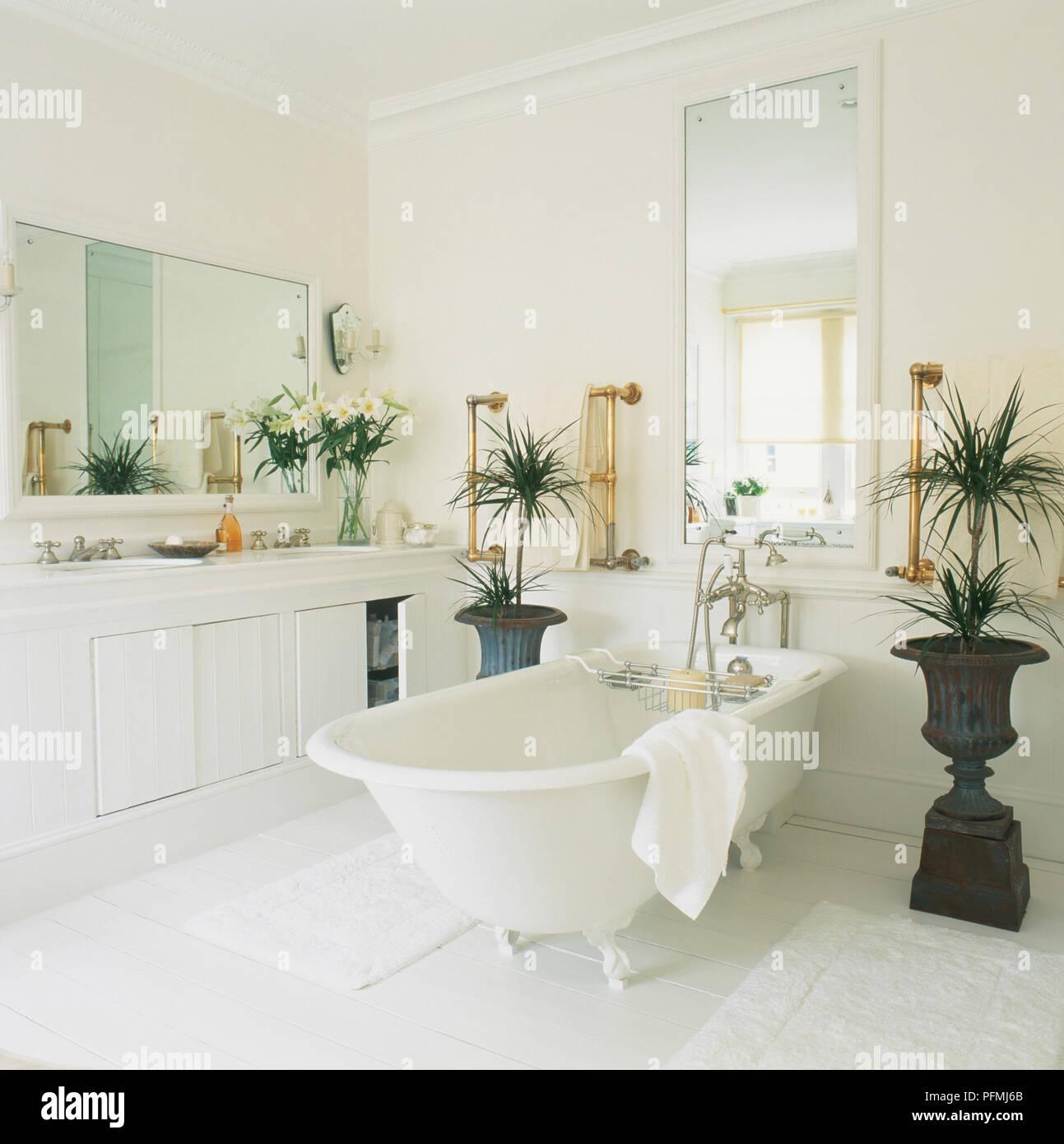 White salle de bains avec baignoire îlot à côté des unités ...