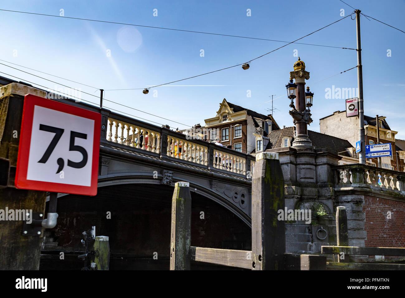Limite de hauteur sur un pont d'Amsterdam, Pays-Bas Photo Stock