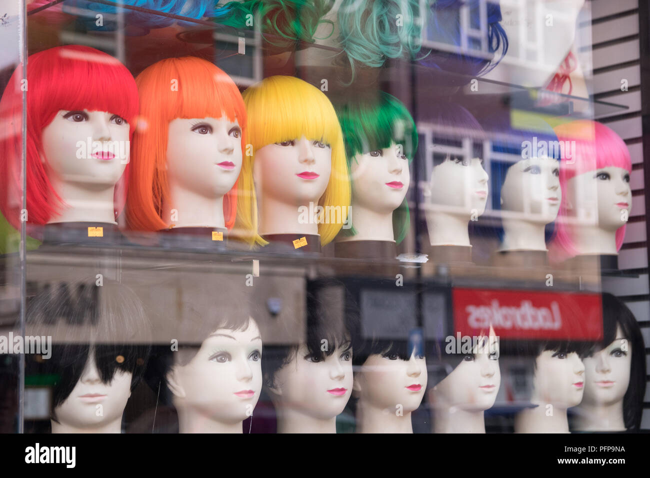 Perruques dans une vitrine à Hull, East Yorkshire Photo Stock