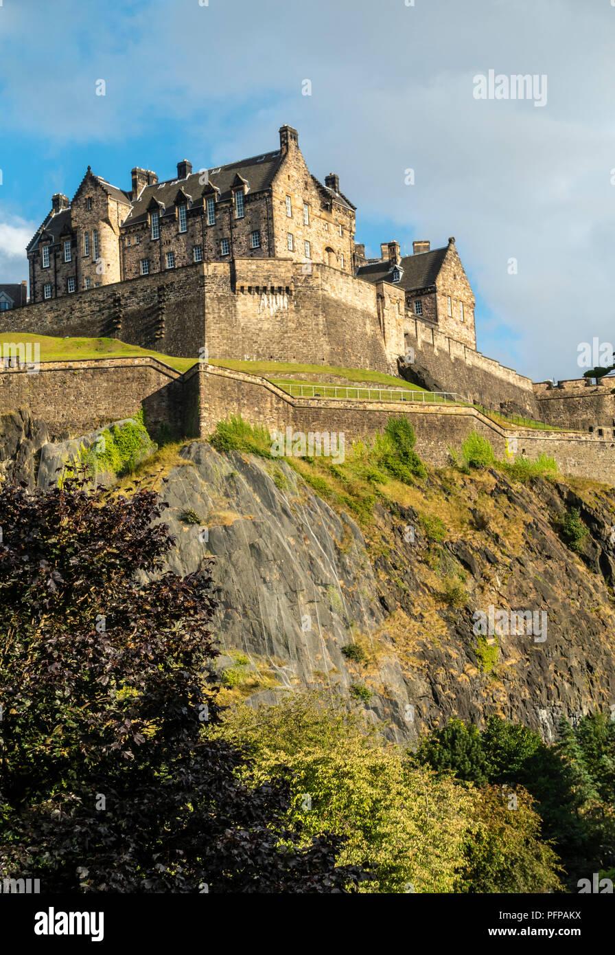 Le Château d'Édimbourg, une forteresse historique au sommet d'un bouchon volcanique, où c'est une attraction touristique et historique dans le milieu du centre-ville d'Édimbourg. Photo Stock