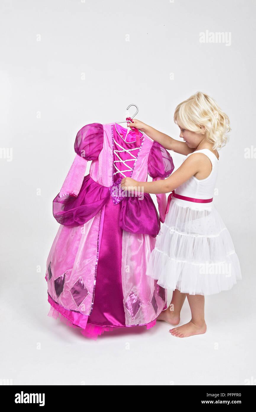 64bbe7b204d Fille en jupon blanc tenue Robe princesse rose Banque D Images ...