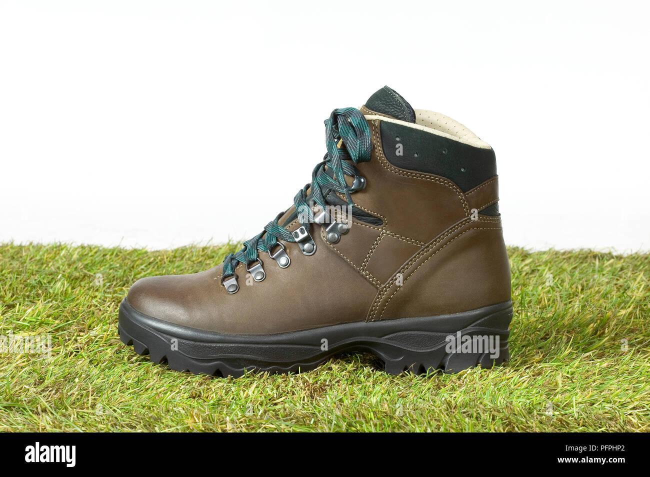 Brown randonnées boot sur grass, close-up Banque D'Images