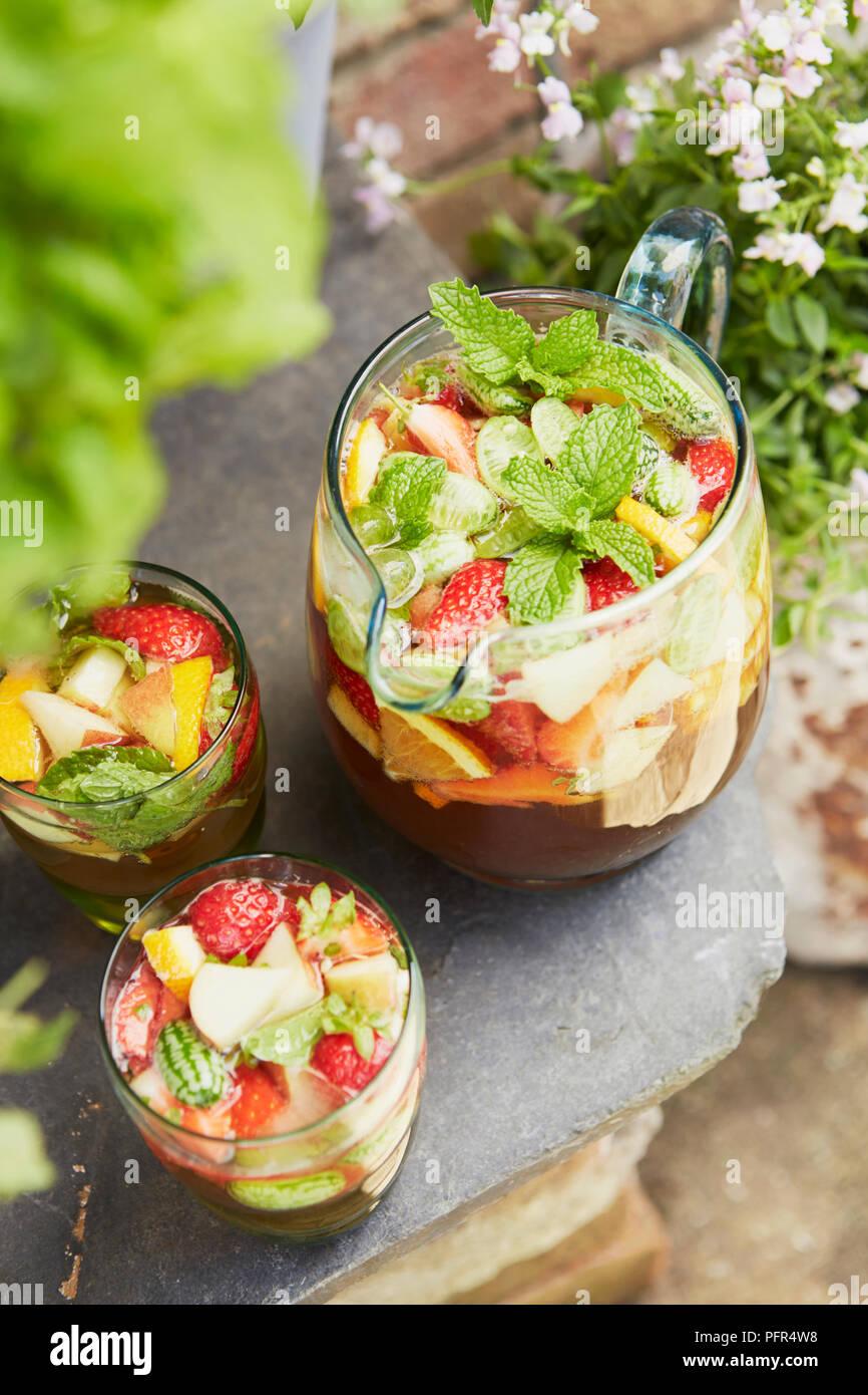 Cruches de pimms avec fraises, citron et menthe Photo Stock