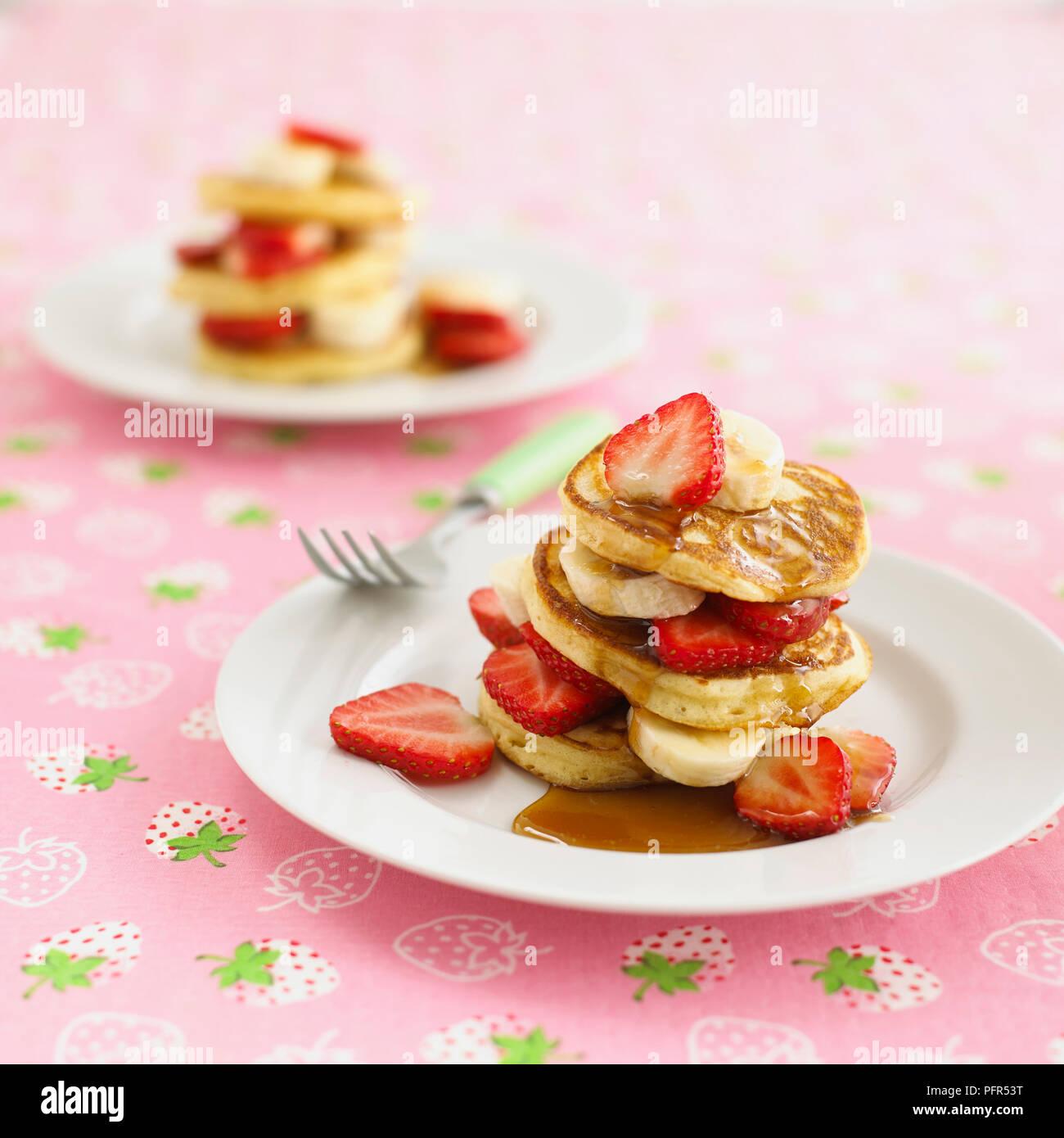 Les crêpes, les fraises et le sirop d'érable Photo Stock