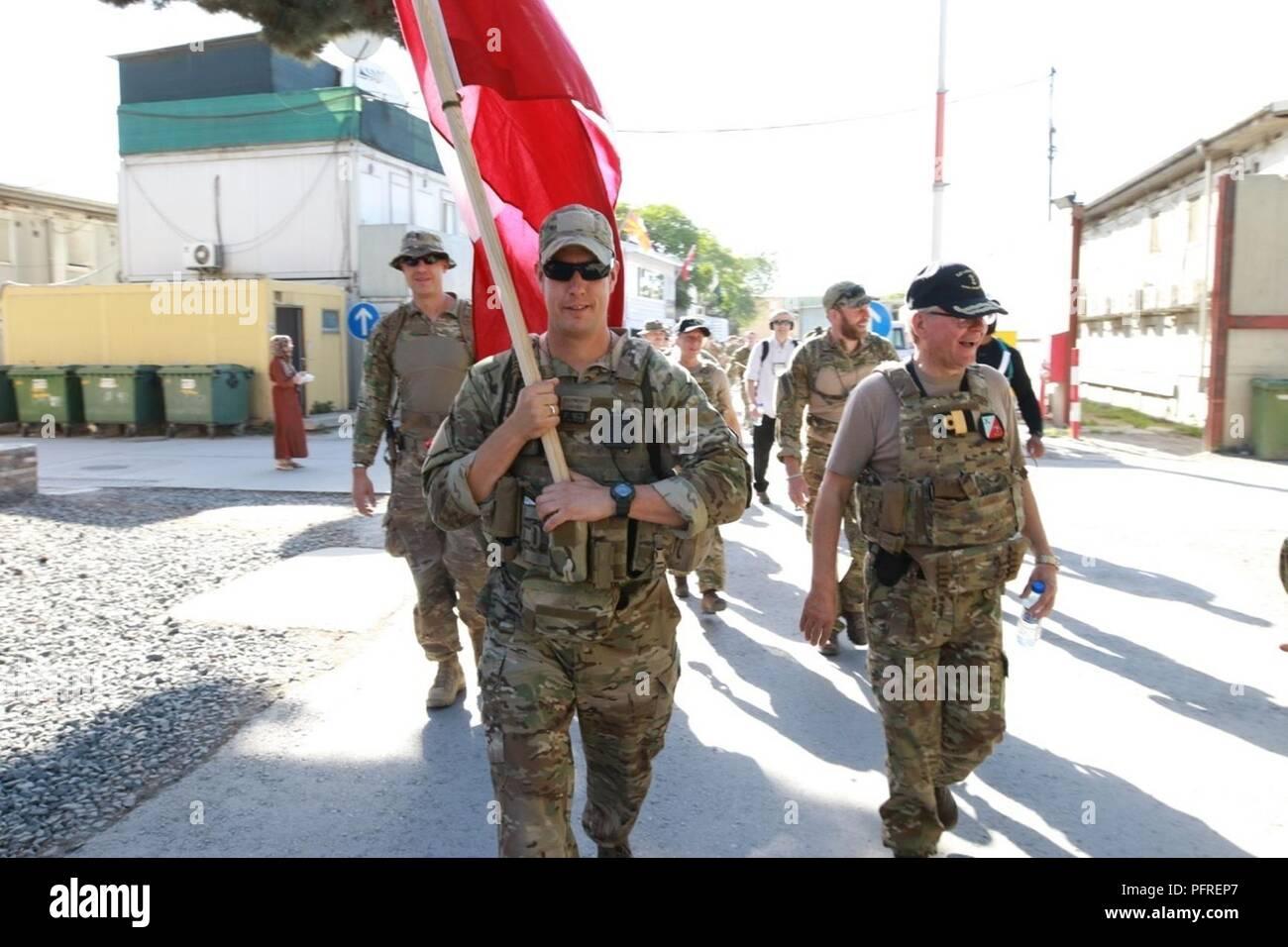 Kaboul, Afghanistan (mai 27, 2018) - Plus de 220 membres de l'appui résolu a effectué un 25 kilomètres de marche, connue sous le contingent danois (DANCON) Mars à l'appui d'anciens combattants danois. La marche a été une tradition avec la Défense danoise depuis 1972 lorsque l'Armée royale danoise a été déployée sur Chypre. Banque D'Images