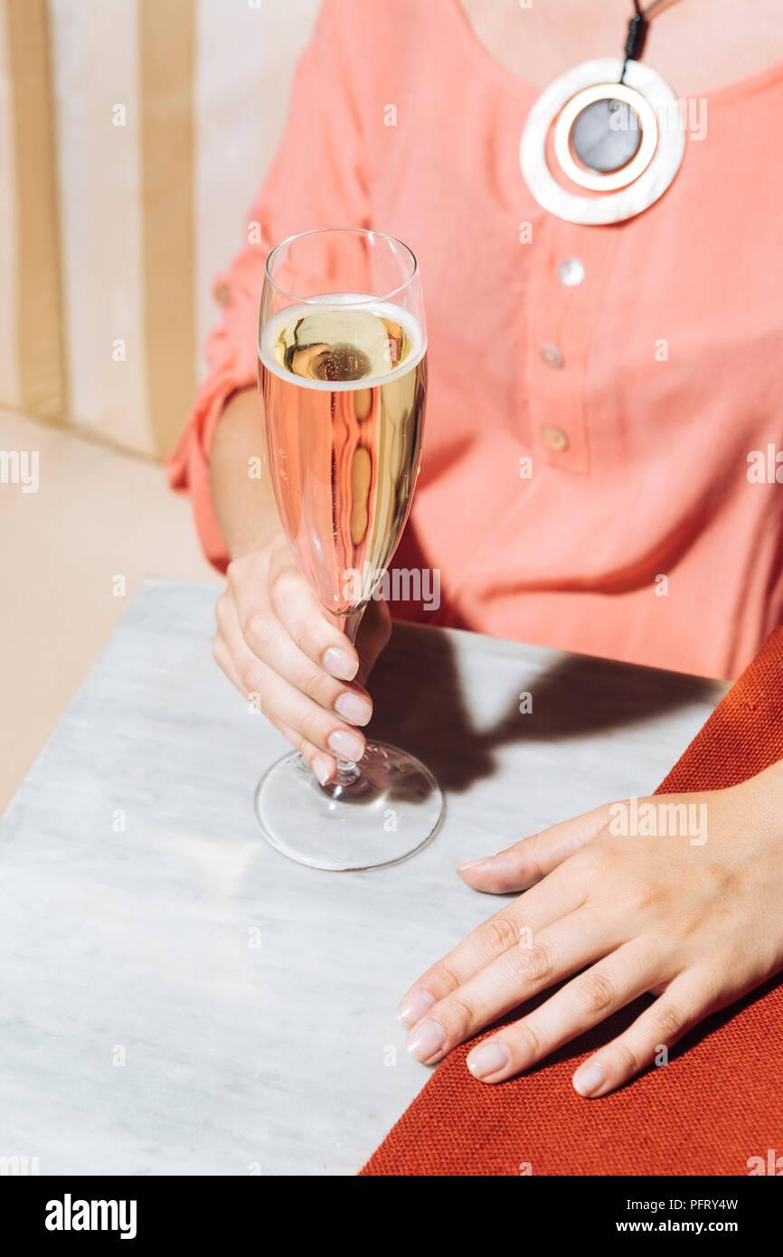 Verre de Prosecco dans un bar élégant avec des couleurs pop vintage Photo Stock