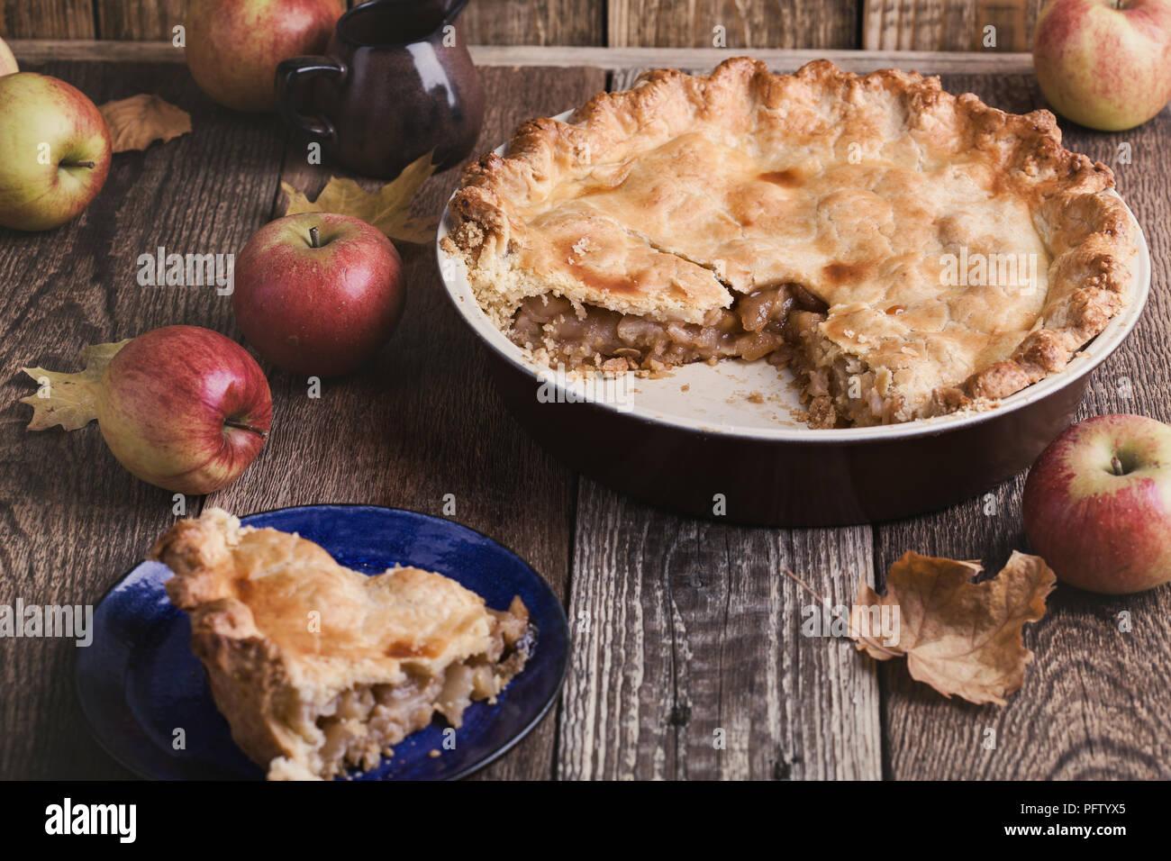 Tarte aux pommes fraîches et retiré de la coupe sur table en bois rustique Photo Stock