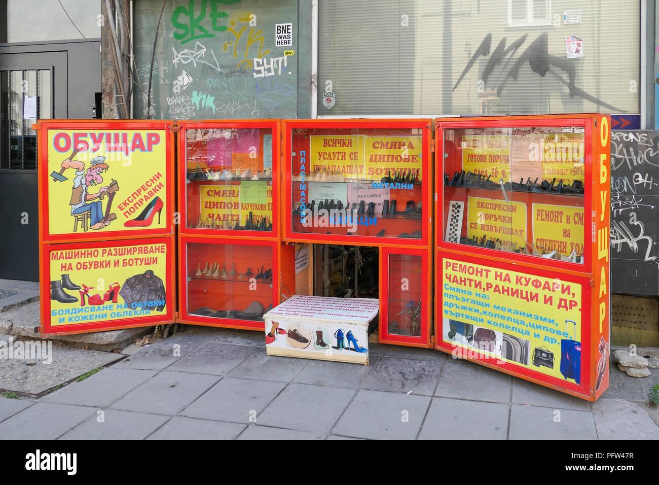Sofia Klek shoe repair shop ou s'agenouiller ou s'accroupir shop shop - typique de Sofia opérant à partir d'un sous-sol, Bulgarie Photo Stock