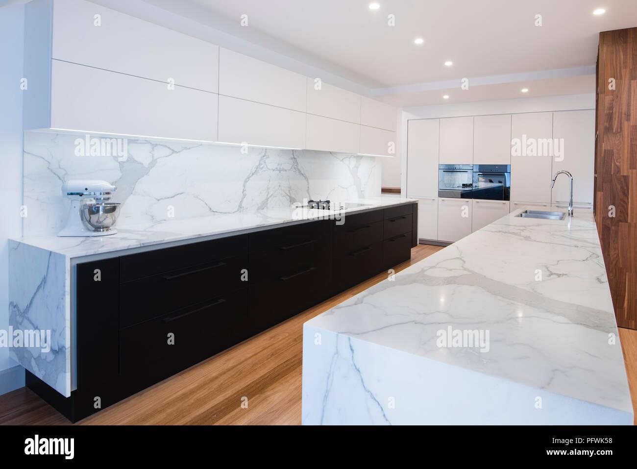 Noir et blanc contemporain design cuisine ouverte avec plan de ...