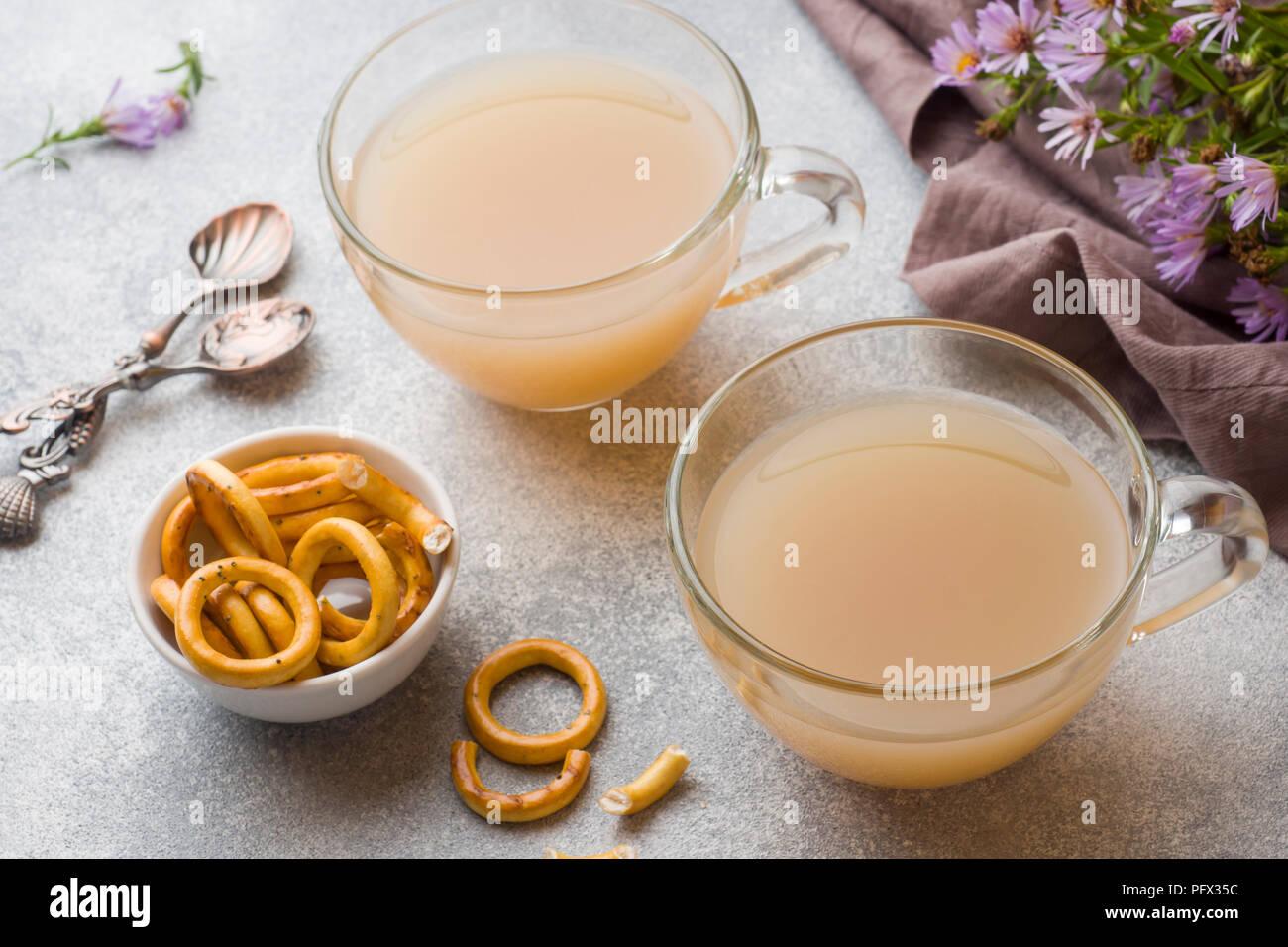 Tasse de café avec du lait et des biscuits sur la table gris. Concept accueil chaleureux. Photo Stock