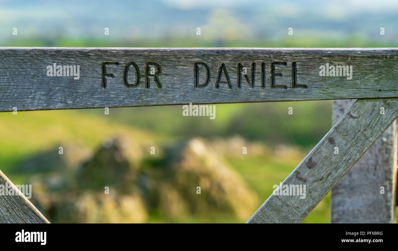Une porte avec 'Pour Daniel' gravé, vu entre Church Stretton et espérons Bowdler, Shropshire, England, UK Photo Stock