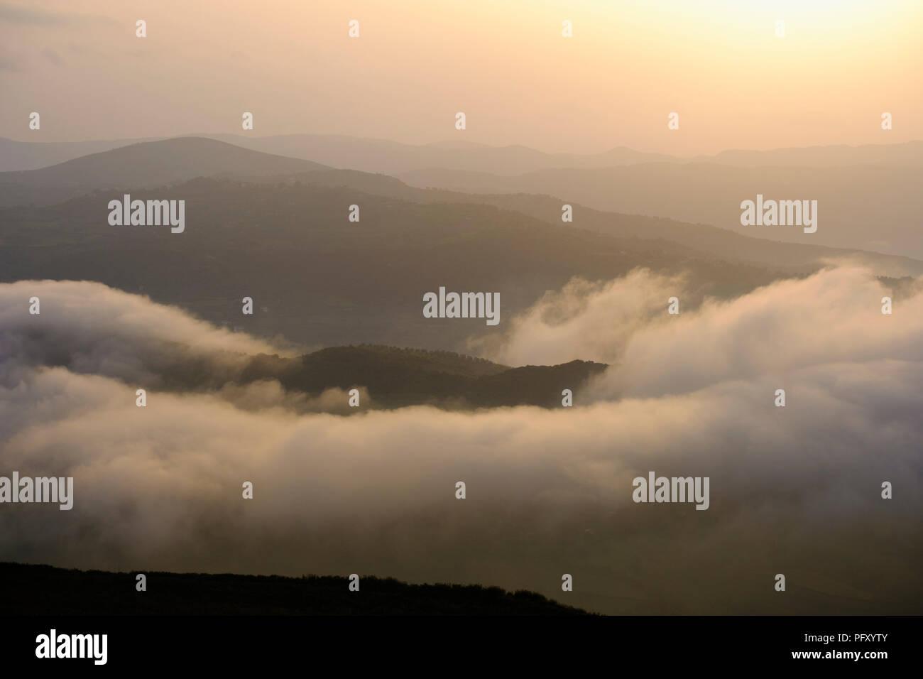 Matin brouillard, antique ville Byllis, Qarier Fier, Albanie Photo Stock