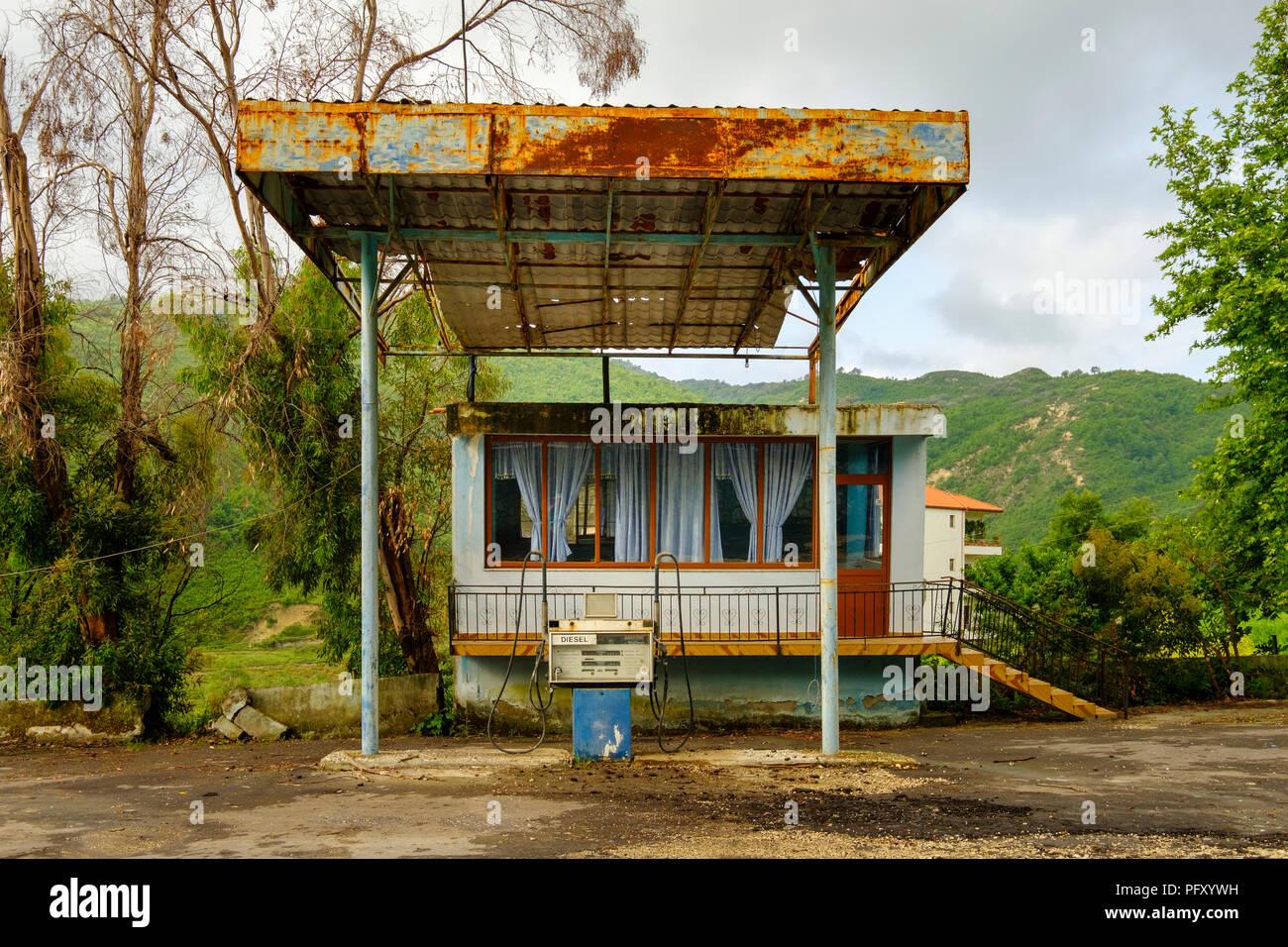 Vieille station d'essence près de Ballsh, Qarier Fier, Albanie Photo Stock