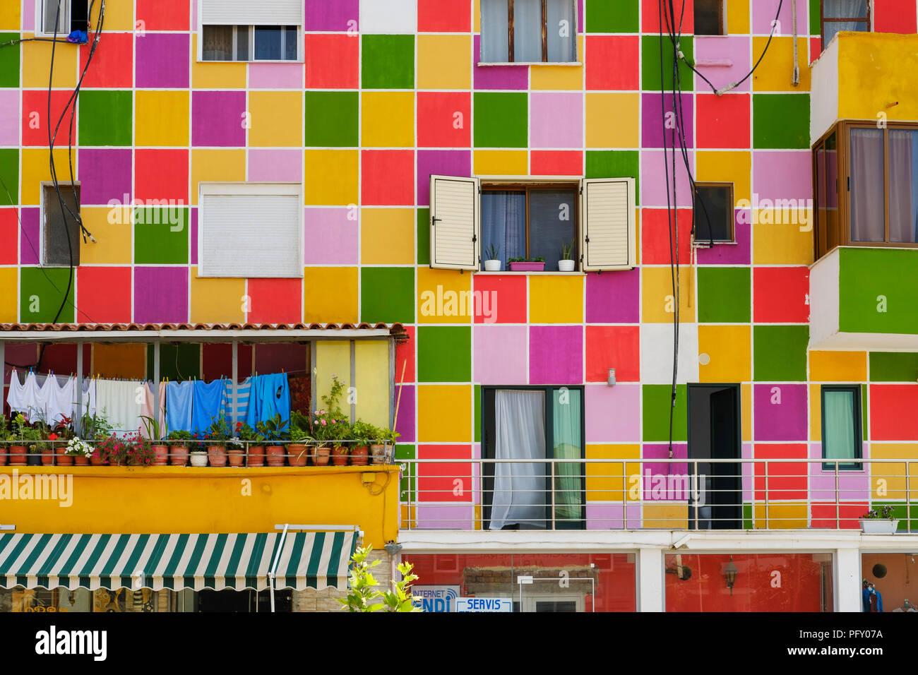 Façade de maison coloré, Divjaka, Divjakë, fier de l'EAQ, Albanie Photo Stock
