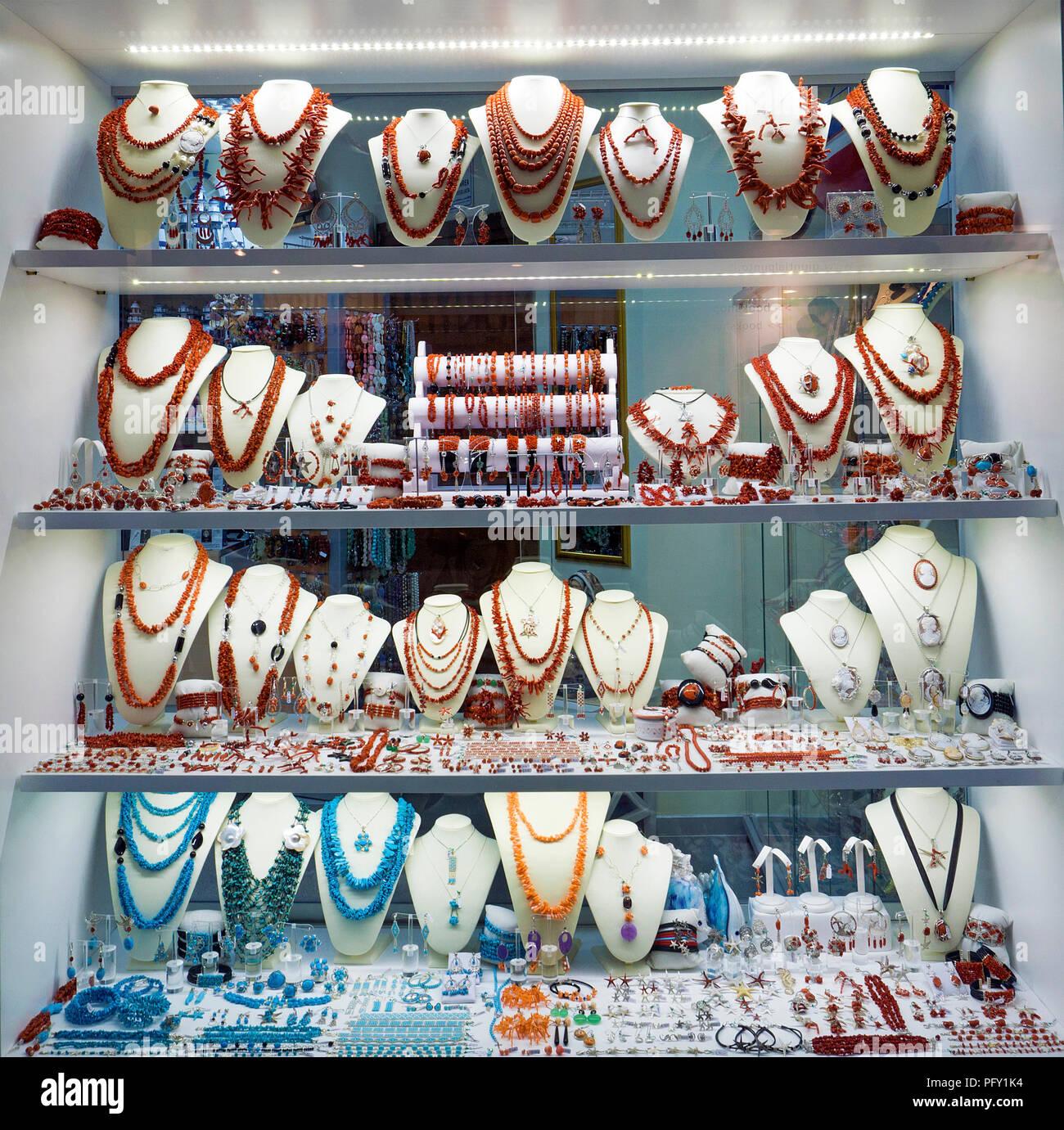Les bijoux faits de corail rouge, Sardaigne coral (Corallium rubrum), l'affichage dans une bijouterie, Castelsardo, Sardaigne, Italie Photo Stock