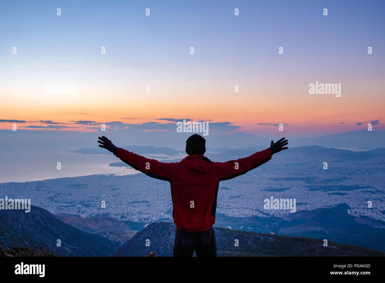 Le succès! Réaliser vos rêves, conquérir la montagne. Coucher du soleil d'Athènes, Grèce Photo Stock