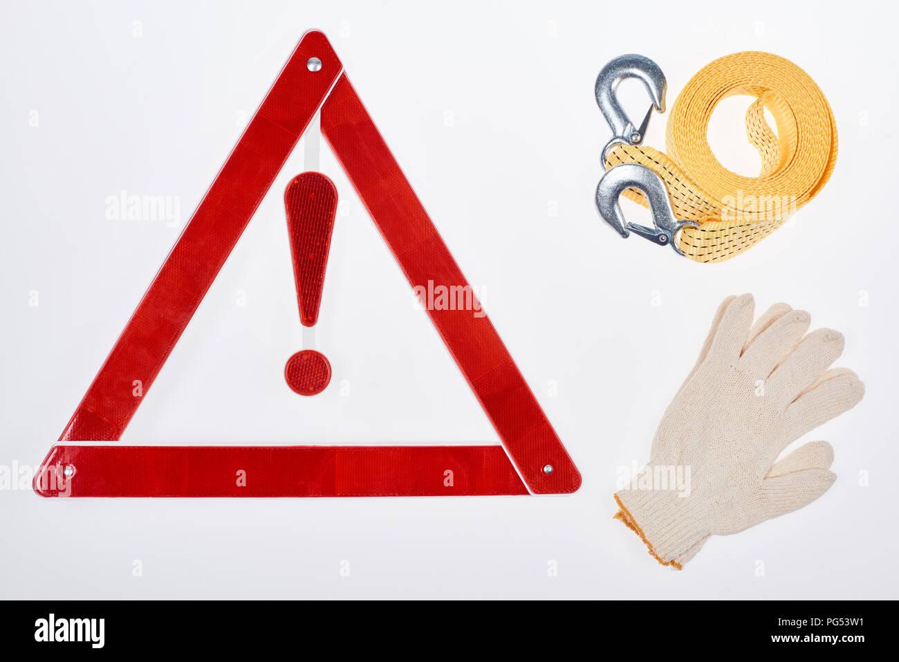 Mise à plat avec panneau d'avertissement, des gants et un câble de remorquage isolated on white Banque D'Images
