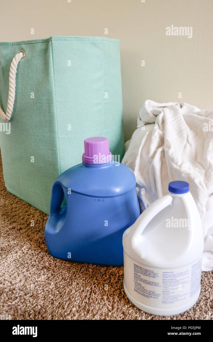 Jour de lessive à la maison. Le lavage des vêtements blancs et des serviettes avec de l'eau de Javel et de lessive. Photo Stock