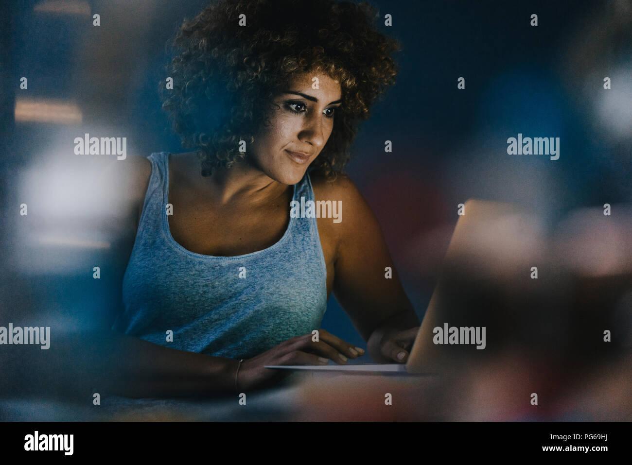 Femme travaillant des heures supplémentaires dans son entreprise qui démarre Banque D'Images