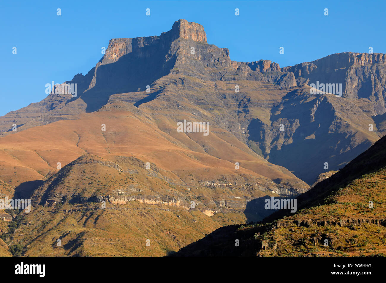 High Peak dans les montagnes du Drakensberg, Parc national royal Natal, Afrique du Sud Photo Stock