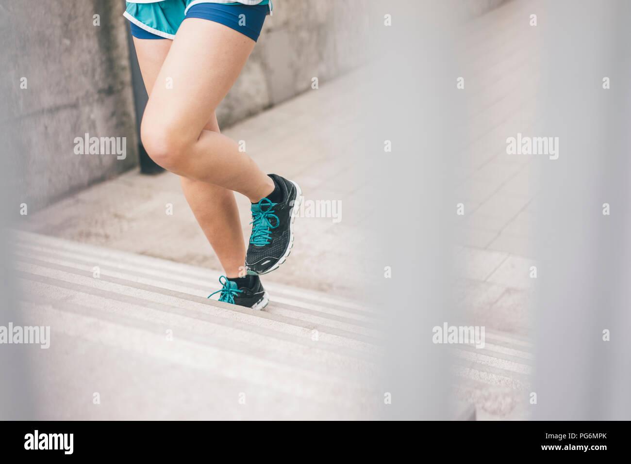 Close-up of woman running à l'étage Photo Stock