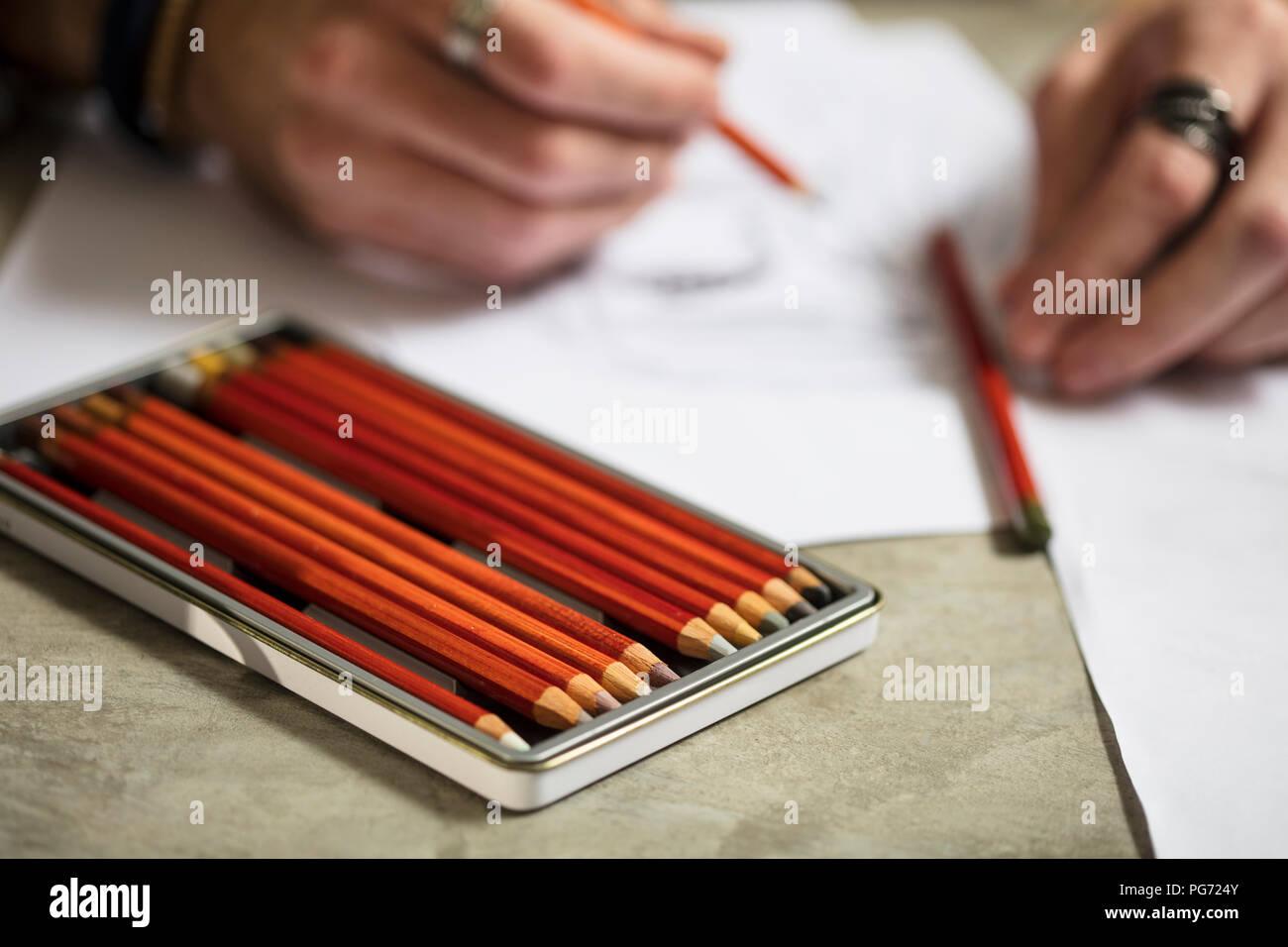 Close-up de l'artiste dessinant un croquis Photo Stock