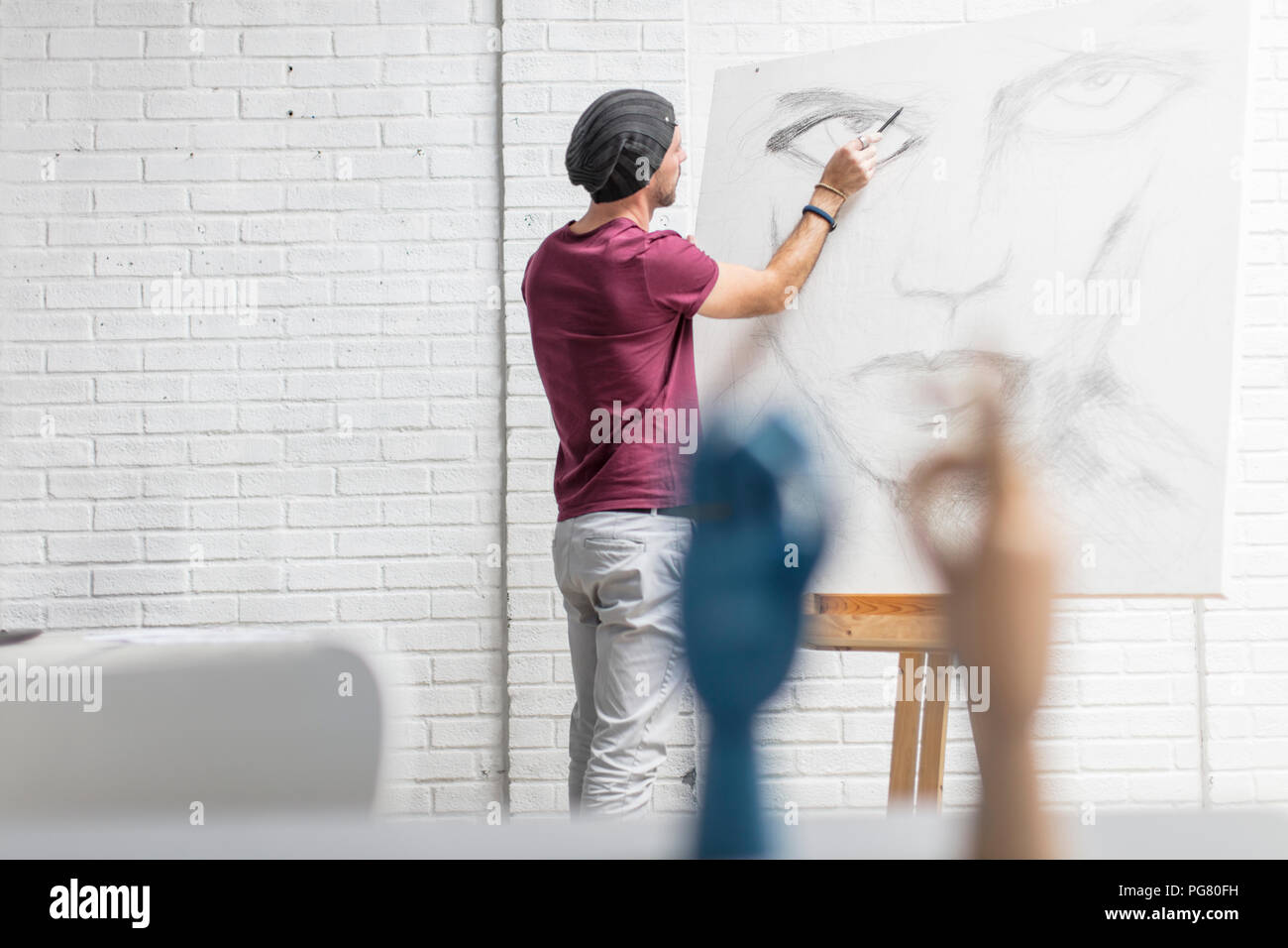 Dessin de l'artiste en studio Photo Stock