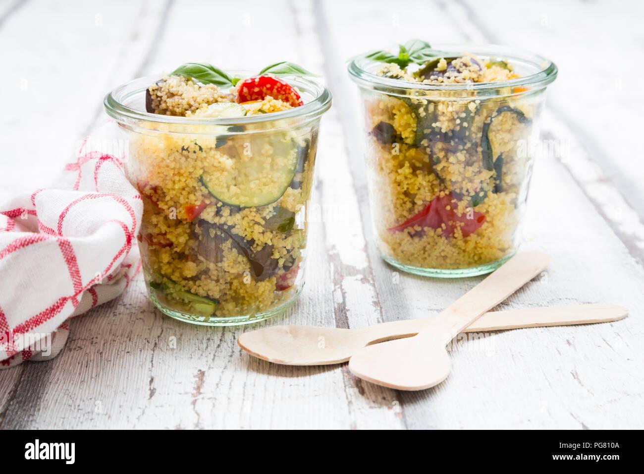 Couscous aux légumes grillés, aubergines, courgettes, poivrons, tomate, oignon rouge, romarin et basilic Banque D'Images