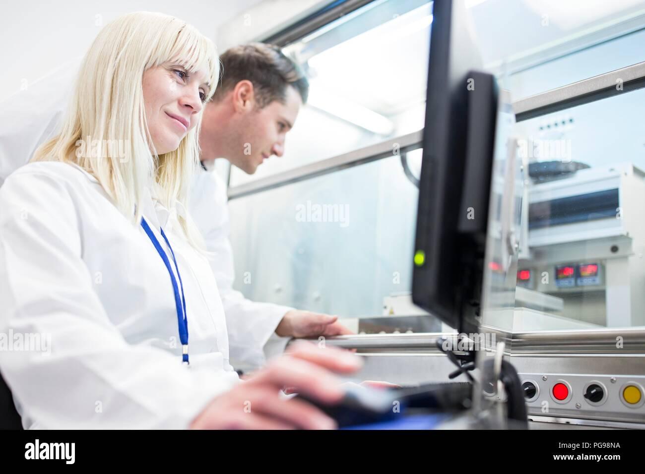 Les scientifiques à l'aide d'une imprimante biologique 3D. La machine peut utiliser une variété de biomatériau pour imprimer des structures tissulaires. Photo Stock