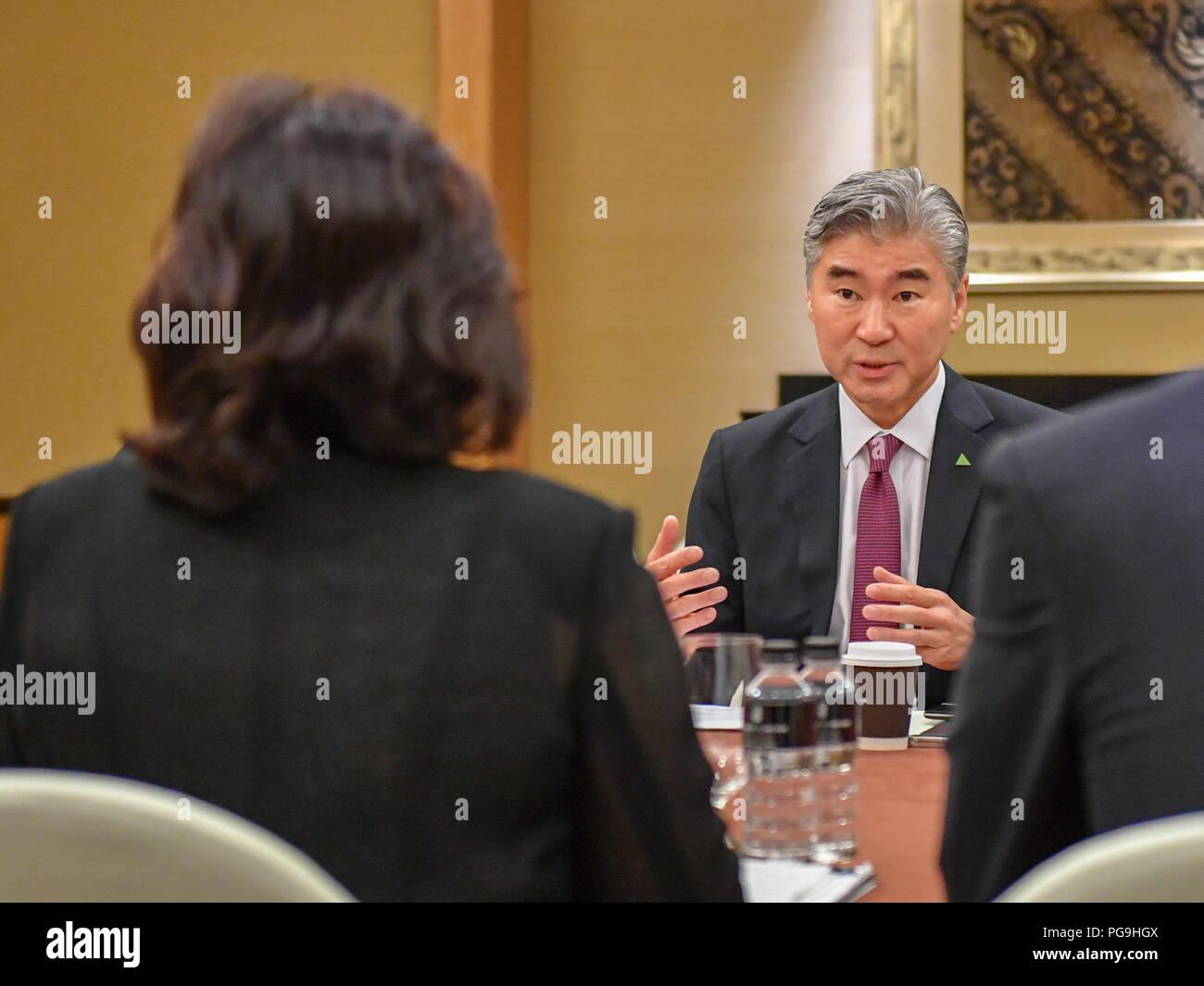 Ambassadeur des États-Unis à l'Philippines Sung Kim participe à substantielles et détaillées des réunions avec le Ministre des affaires étrangères Vice-RPDC Choe Fils Hui RPDC et les fonctionnaires du ministère des Affaires étrangères à Singapour le 10 juin 2018. Photo Stock
