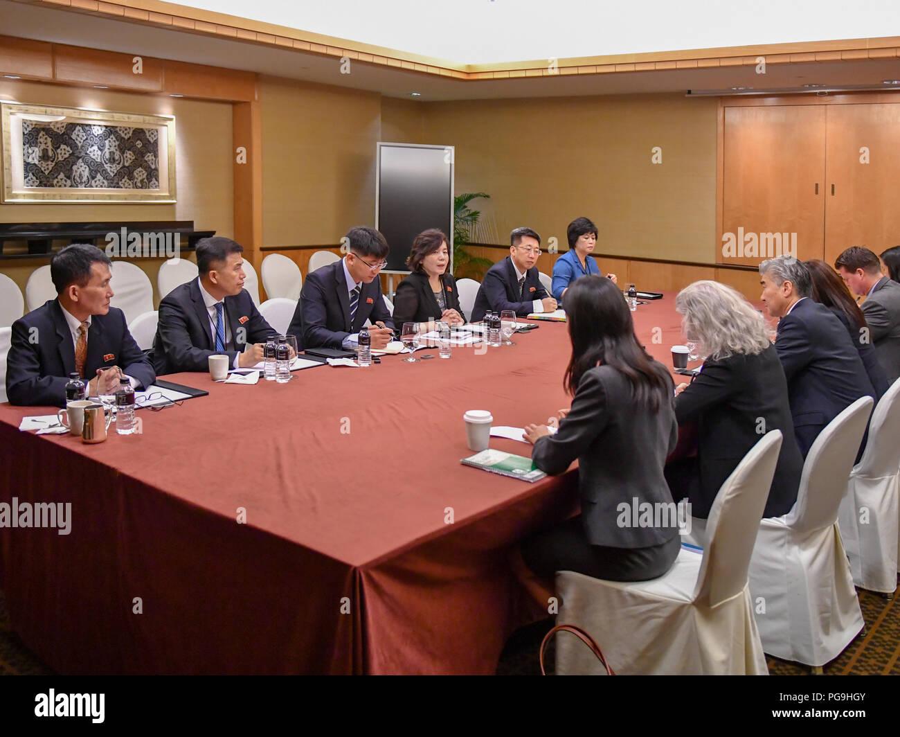 Ambassadeur des États-Unis à l'Philippines Sung Kim participe à substantielles et détaillées des réunions avec le Ministre des affaires étrangères Vice-RPDC Choe Fils Hui RPDC et les fonctionnaires du ministère des Affaires étrangères à Singapour le 11 juin 2018. Photo Stock